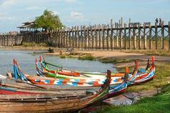 Традиционная шлюпка на береге озера около моста U-bein Стоковая Фотография RF