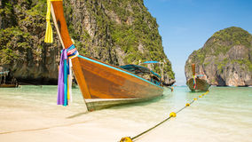 Традиционная шлюпка longtail в заливе на пляж острове Phi Phi, Таиланде, Пхукет Стоковые Изображения