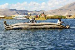 Традиционная шлюпка uros, в uros острове, Puno, Peruvian Анды Перу Стоковое фото RF