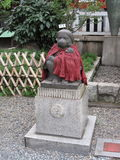 Традиционная японская каменная статуя около виска святыни Стоковое Фото