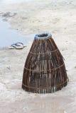 Традиционная handmade ловушка рыбной ловли и темповые сальто сальто на песке Стоковые Изображения