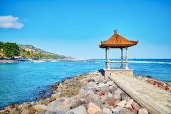 Традиционное балийское газебо с видом на океан Стоковые Изображения RF