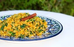 Традиционное индийское блюдо вызвало khichdi с ручкой циннамона стоковое фото