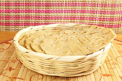Традиционное индийское домашнее сделанное paratha chapati roti индийский плоский хлеб или индийский tortilla Nan Стоковое фото RF