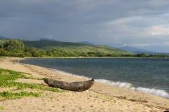 Традиционное каное землянки на пляже на озере Малави Стоковые Фотографии RF