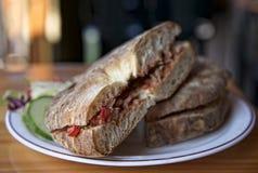 Традиционное мальтийсное блюдо - ftira Еда Мальты Типичный мальтийсный хлеб вызвал ftira сопровоженный французскими фраями Стоковое фото RF