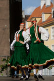 традиционное танцы фольклорное латышское Стоковые Изображения
