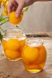 Традиционное compot персика в стекле раздражает, здоровый сохраненный десерт Стоковые Фото