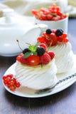 Традиционное pavlova десерта лета с ягодами Стоковые Изображения