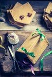 Традиционно коттедж пряника как подарок рождества на деревянном столе Стоковое Фото