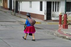 Традиционно одетые латино-американские женщины в городе Стоковые Изображения RF