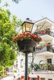 традиционные андалузские улицы с цветками и Белыми Домами внутри стоковое изображение