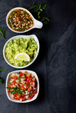 Традиционные латино-американские соусы гуакамоле, сальса, chili Pebre, предпосылка шифера Стоковая Фотография RF