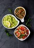 Традиционные латино-американские соусы гуакамоле, сальса, chili Pebre, предпосылка шифера Стоковые Фотографии RF