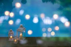 Традиционные белые фонарики в саде с бассейном Стоковая Фотография