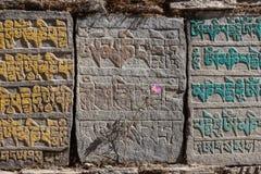 Традиционные буддийские камни mani с буддистом стоковые фотографии rf