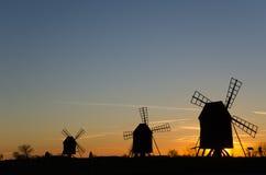 Традиционные ветрянки в ряд заходом солнца стоковые изображения rf