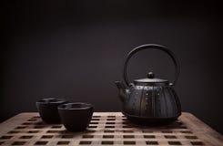 Традиционные восточные чайник и чашка на деревянном столе Стоковое фото RF