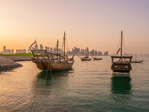 Традиционные вызванные шлюпки Доу поставлены на якорь в порте Стоковые Изображения RF