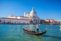 Традиционные гондолы на грандиозном канале в Венеции, Италии Стоковая Фотография RF