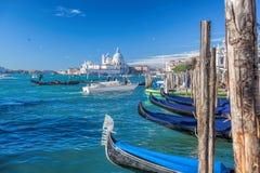 Традиционные гондолы на грандиозном канале в Венеции, Италии Стоковое Изображение