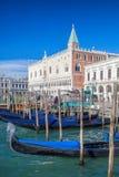 Традиционные гондолы на грандиозном канале в Венеции, Италии Стоковые Фотографии RF