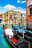 Традиционные гондолы на канале большом в Венеции, Италии Стоковые Изображения RF