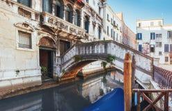Традиционные гондолы на узком канале между красочными историческими домами в Венеции Италии Стоковые Фото