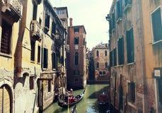 Традиционные гондолы на узком канале между старыми дворцами в Венеции, Италии Ретро винтажный фильтр Стоковые Фото