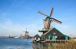 Традиционные голландские ветрянки в Zaanse Schans, Нидерландах Стоковое Изображение RF