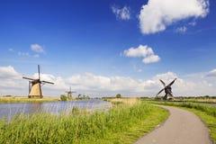 Традиционные голландские ветрянки на солнечный день на Kinderdijk Стоковые Изображения