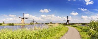 Традиционные голландские ветрянки на солнечный день на Kinderdijk Стоковые Фотографии RF