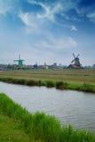 Традиционные голландские ветрянки с каналом около Амстердама Стоковые Изображения