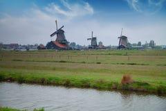 Традиционные голландские ветрянки с каналом около Амстердама Стоковые Изображения RF