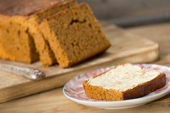 Традиционные голландские хлеб специи или ` ontbijtkoek ` с маслом Стоковое Изображение RF