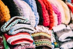 Традиционные европейские теплые одежды - крышки, шляпы на рождественской ярмарке зимы Стоковое Фото