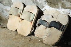 Традиционные деревянные ботинки солеварниц стоковые изображения