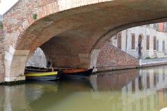 Традиционные деревянные рыбацкие лодки в городке Comacchio Стоковая Фотография