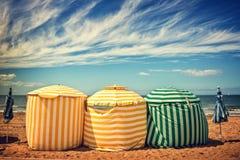 Традиционные зонтики пляжа, пляж Deauville Trouville, Нормандия, Франция Стоковая Фотография
