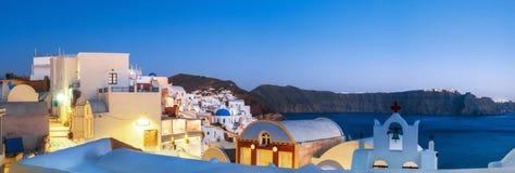 Традиционные квартиры и колокольни в Oia, Santorini, Греции Стоковая Фотография RF
