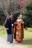 Традиционные молодые японские пары вне для прогулки в парке в городском токио Стоковое Изображение RF