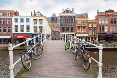 Традиционные дома и моста центр города внутри Лейдена, Нидерландов Стоковое Фото