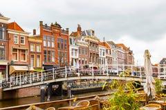 Традиционные дома и моста центр города внутри Лейдена, Нидерландов Стоковая Фотография