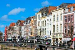 Традиционные дома и моста центр города внутри Лейдена, Нидерландов Стоковая Фотография RF