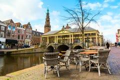 Традиционные дома и церков центр города внутри Лейдена, Нидерландов Стоковое Фото