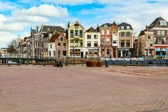 Традиционные дома на квадрате в Лейдене, Нидерландах Стоковая Фотография RF