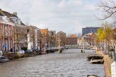 Традиционные дома, перспектива канала в Лейдене, Нидерландах Стоковое Изображение
