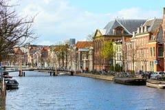 Традиционные дома, перспектива канала в Лейдене, Нидерландах Стоковая Фотография