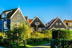Традиционные дома с зеленым цветом взошли на борт крыши стены и красной плитки в малом историческом рыбацком поселке Marken стоковое фото rf