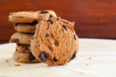 Традиционные печенья обломоков шоколада на деревянной предпосылке Стоковая Фотография RF